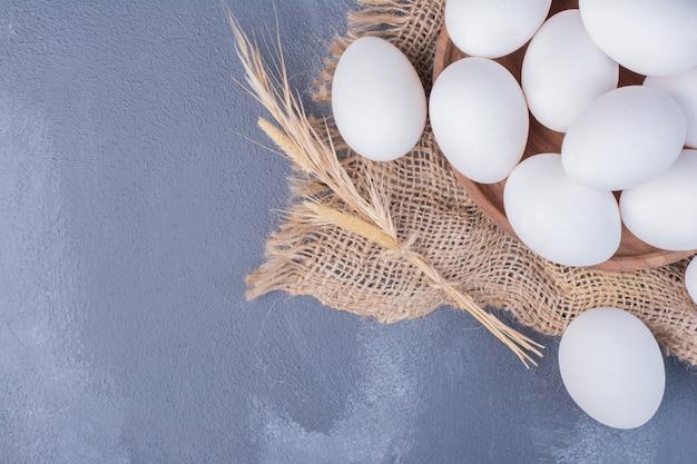Eier auf einem stück rustikaler sackleinen.