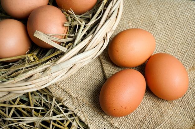 Eier auf sackleinen und reisstroh.