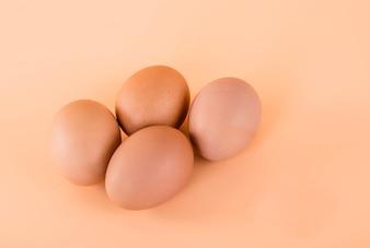 Eier auf Sahnehintergrund