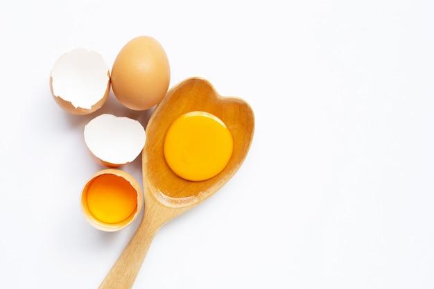 Eier auf weißem hintergrund.