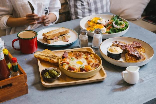 Eier benedict, knuspriger speck französischer toast