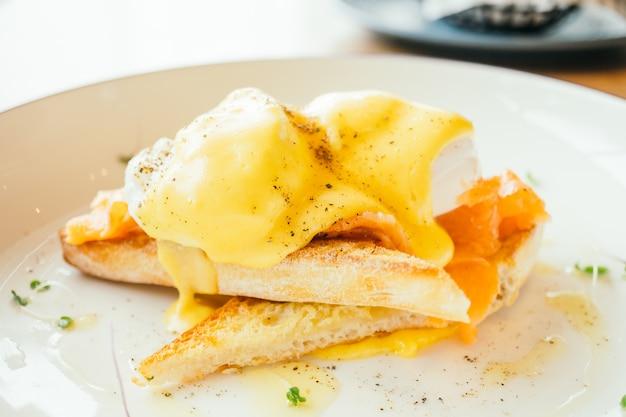 Eier benedict mit geräuchertem lachs zum frühstück