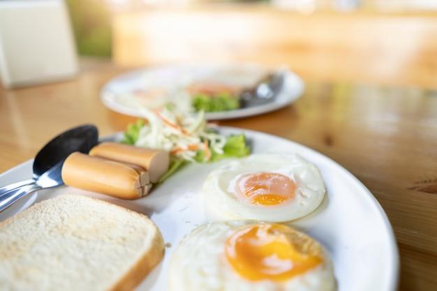 Eier, brot und hotdog für frühstückskonzept