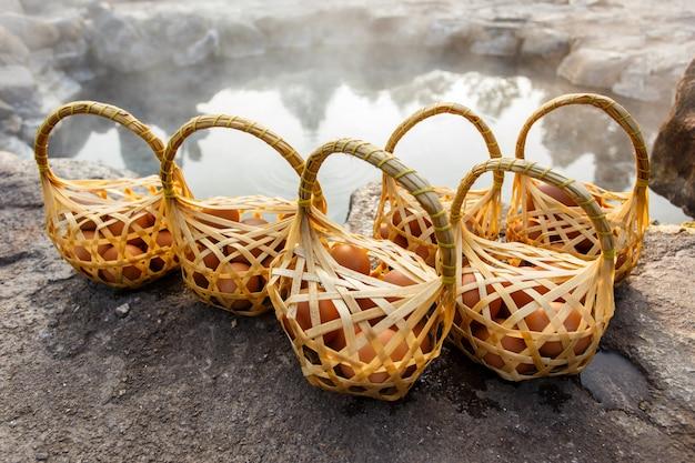 Eier, die in der heißen quelle, chae son hot spring an lampang-provinz, thailand kochen