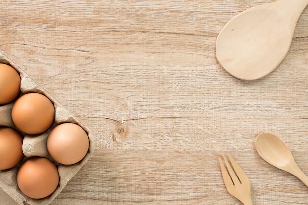 Eier für das kochen auf hölzerner draufsicht flache lage.