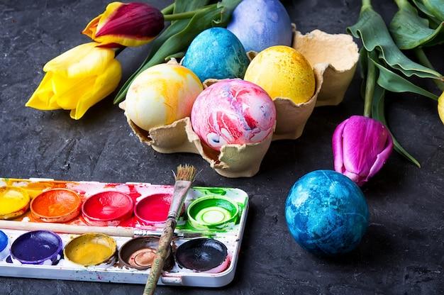 Eier für die osterzeit färben