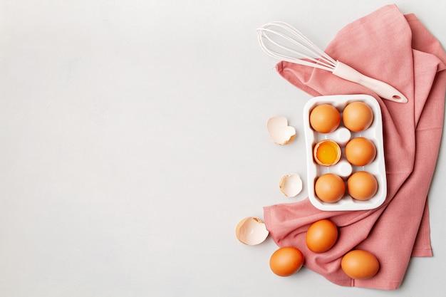 Eier, handtuch im rustikalen stil auf hellem hintergrund