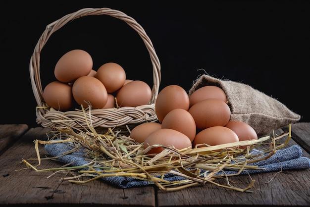 Eier im backet mit stroh