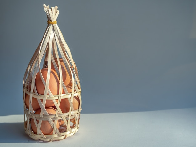 Eier im bambuskorb.