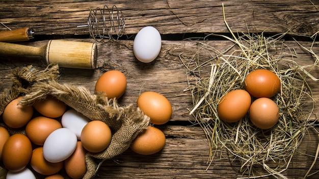 Eier im heu mit einem stößel