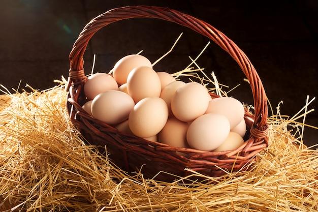Eier im korb ordentlich gefaltet und bereit für die osterferien. netto zdarova essen. hühnereier