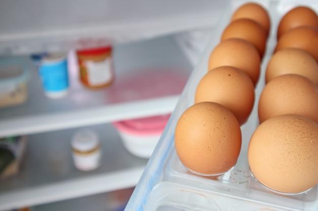 Eier im kühlschrankregal anordnen
