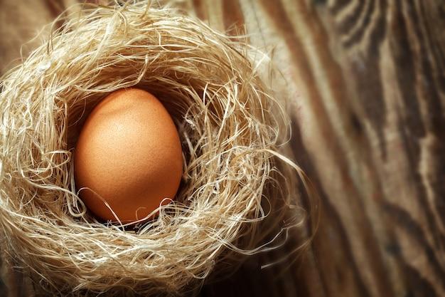Eier im nest auf altem holztisch