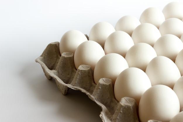 Eier im paket, weiße eier im satz auf weißem hintergrund
