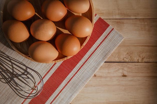 Eier in einer holzschale. nahaufnahme, ansicht von oben, horizontal
