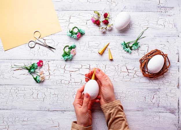 Eier in form eines einhorns. schritt für schritt.