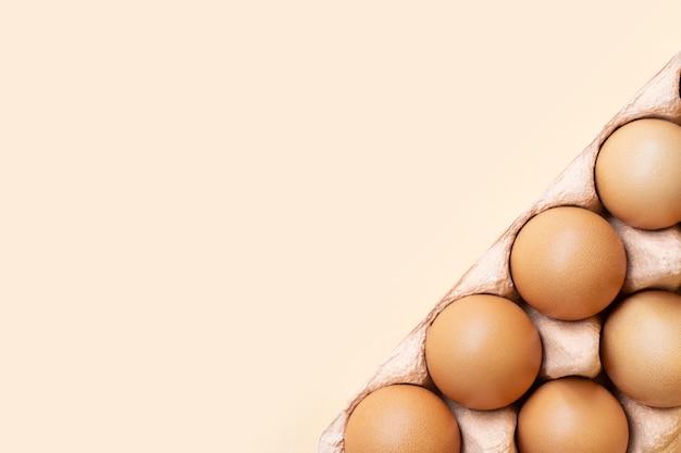 Eier in kartonverpackung in der ecke
