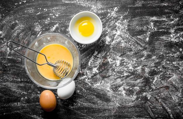 Eier in schalen. auf rustikalem hintergrund mit mehl