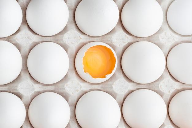 Eier in schalung mit einem geknackt