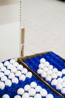 Eier in tabletts im laden ausgebreitet