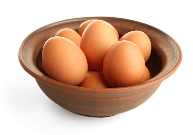 Eier in tonschale auf weiß