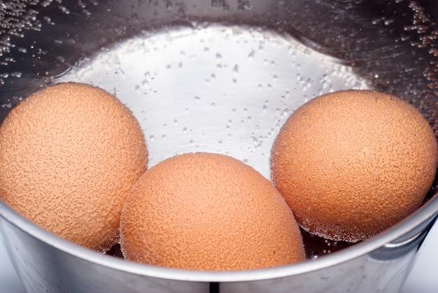 Eier kochen in der pfanne mit wasser