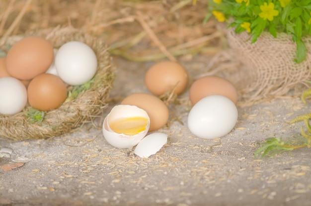 Eier lagen auf holz. schließen sie oben von der frischen hühnerei auf naturholztisch