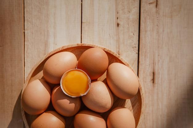 Eier liegen auf holzschalen und haben eier gebrochen.