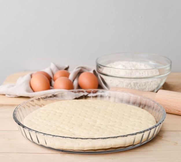 Eier mit blume und teller