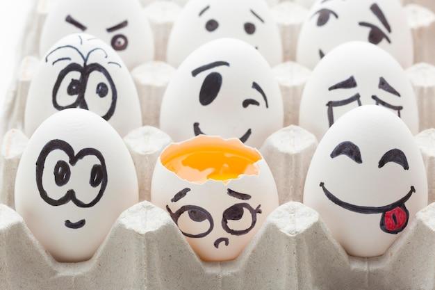 Eier mit emoji-zeichnung