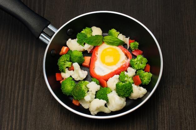 Eier mit gemüse auf pfanne