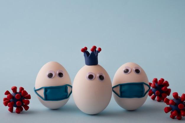 Eier mit korona, eier mit medizinischer maske gegen stop-coronavirus und modelle des covid-19-virus. epidemisches coronavirus-covid-19-konzept. viruspandemie