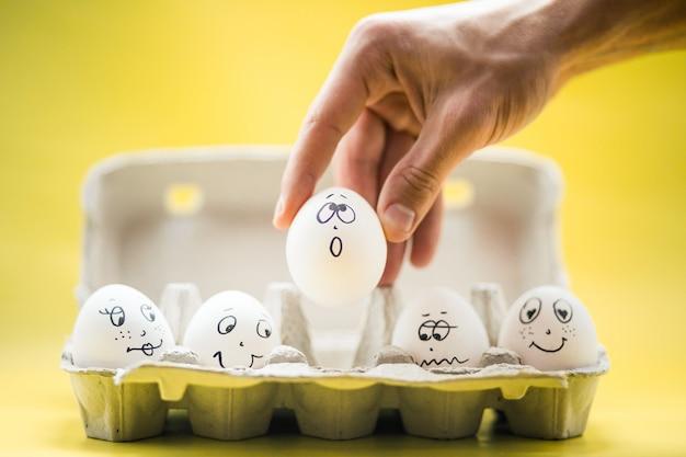 Eier mit lustigen gesichtern