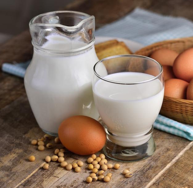 Eier sojabohnen und milch auf holz