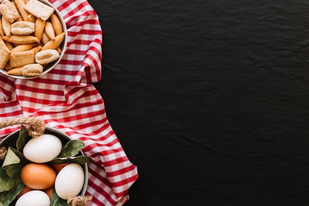 Eier und croutons, die auf serviette liegen