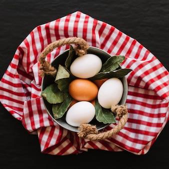 Eier und lorbeerblätter im kochtopf