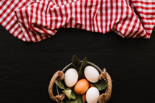 Eier und lorbeerblätter in der nähe von serviette