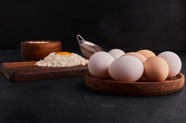 Eier und mehl als kochzutaten.