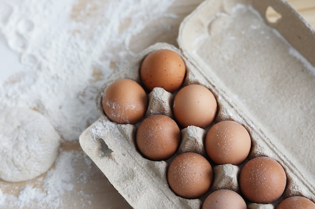 Eier und mehl auf den tisch packen