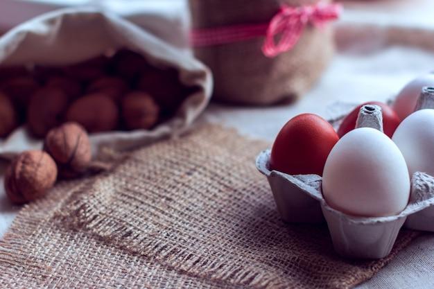 Eier und nüsse auf einem sack