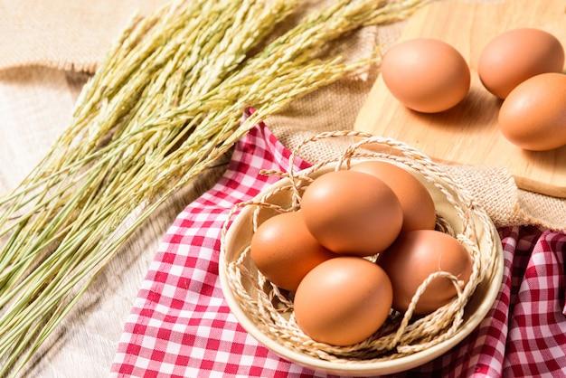 Eier werden in eine weiße schüssel gelegt