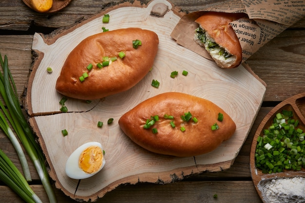 Eier-zwiebel-kuchen auf holzteller