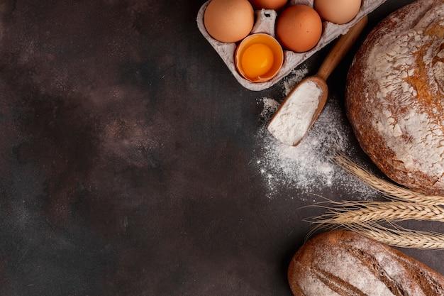 Eierkarton und holzlöffel mit mehl