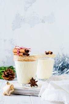 Eierlikör traditioneller weihnachtsgetränk-milchshake mit altem zimt