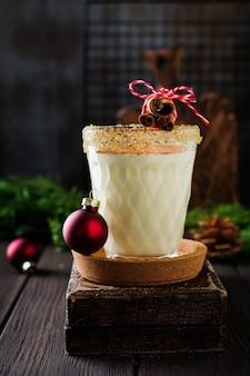 Eierlikör traditioneller weihnachtsgetränk-milchshake mit zimt