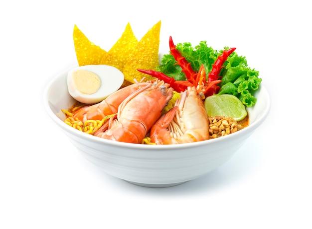 Eiernudeln mit garnelen in scharfer suppe (tom yum goong)