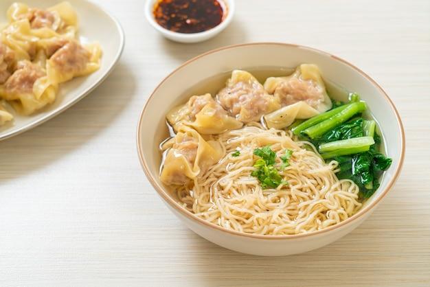 Eiernudeln mit schweinefleisch-wanton-suppe oder schweineknödelsuppe und gemüse - asiatische küche food