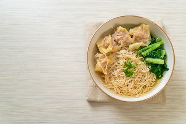 Eiernudeln mit schweinefleisch-wanton-suppe oder schweineknödelsuppe und gemüse - asiatische küche