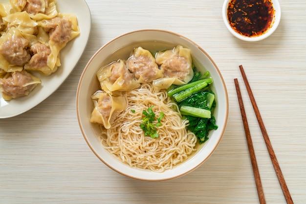 Eiernudeln mit schweinefleisch-wonton-suppe oder schweinefleischknödelsuppe und gemüse - asiatische küche