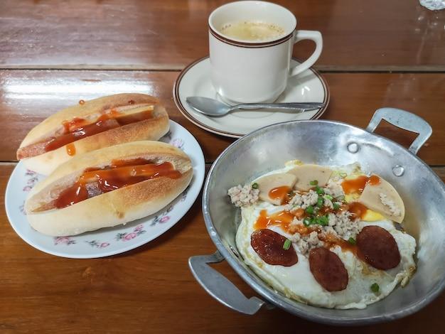 Eierpfanne mit brot und frühstück für menschen in südostasien wie thailand, laos, kambodscha, burma.